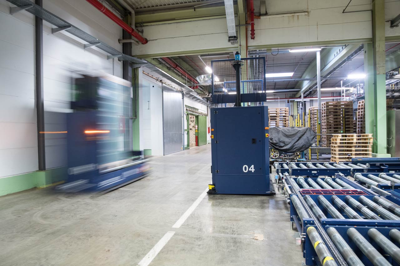 The warehouses and storage areas are in some cases linked up to the production operation by means of a driverless transport system with six AGVs.
