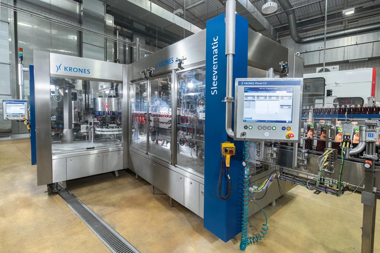 Coca-Cola HBC Polska installed in Radzymin two Sleevematic TS labellers, one as a stand-alone machine, the second as a block-synchronised solution featuring a Contiroll.