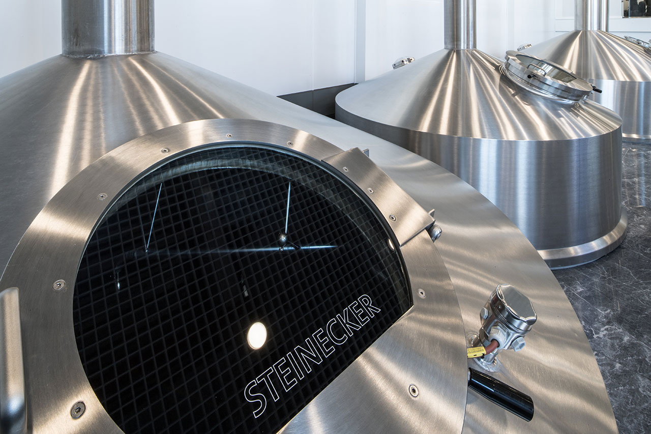 The classic five-piece brewhouse produces 60 hectoliters per brew, twelve brews per day.