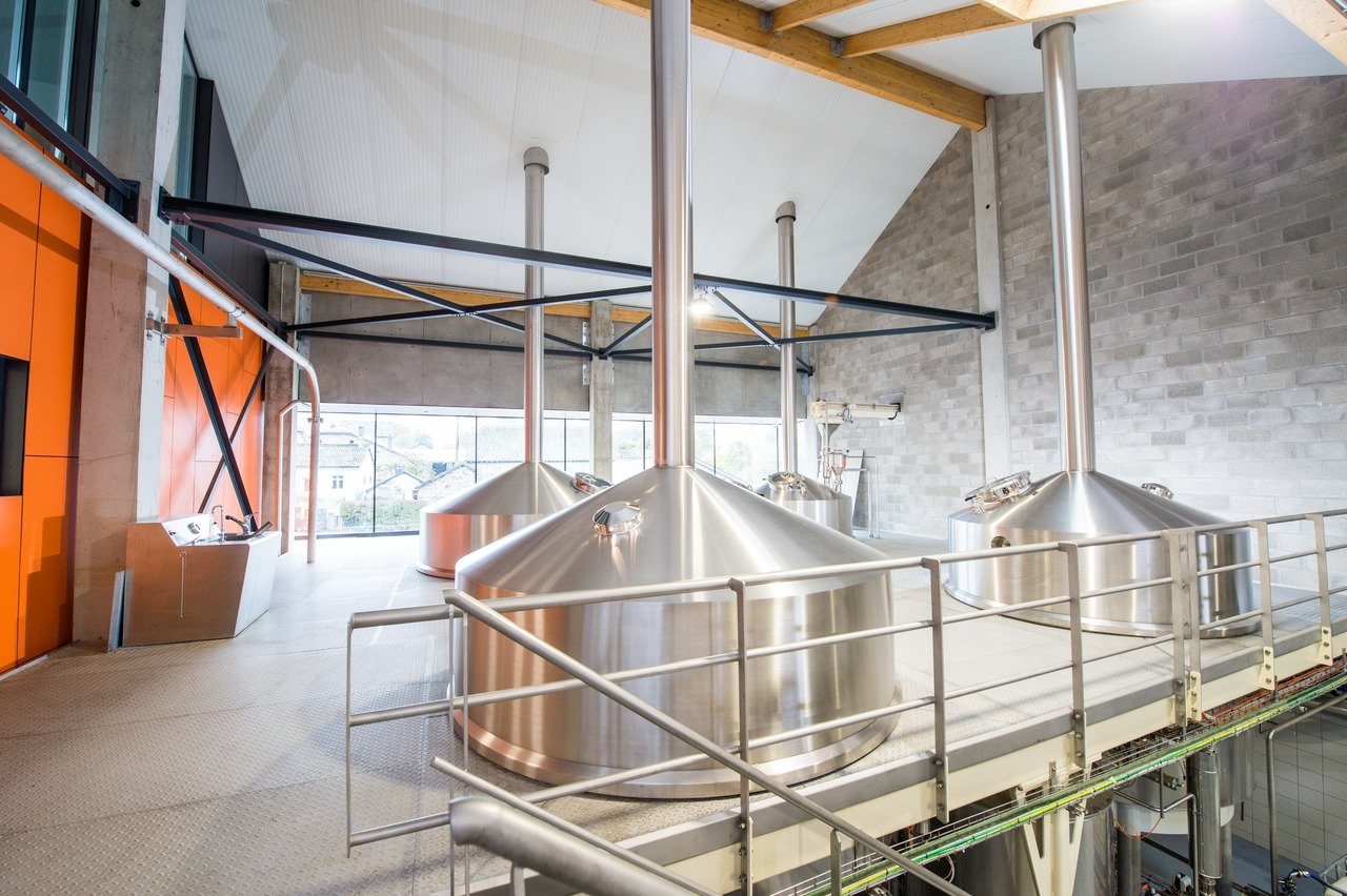 The four-kettle brewhouse has been installed on a gallery directly next to the bottling hall, and is dimensioned for 40 hectolitres per brew and eight brews a day.