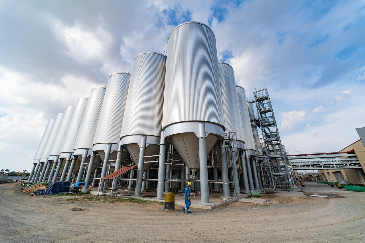 Khmer Beverages ordered a tank farm with 32 cylindroconical outdoor tanks each holding 5,000 hectolitres, manufactured on site.