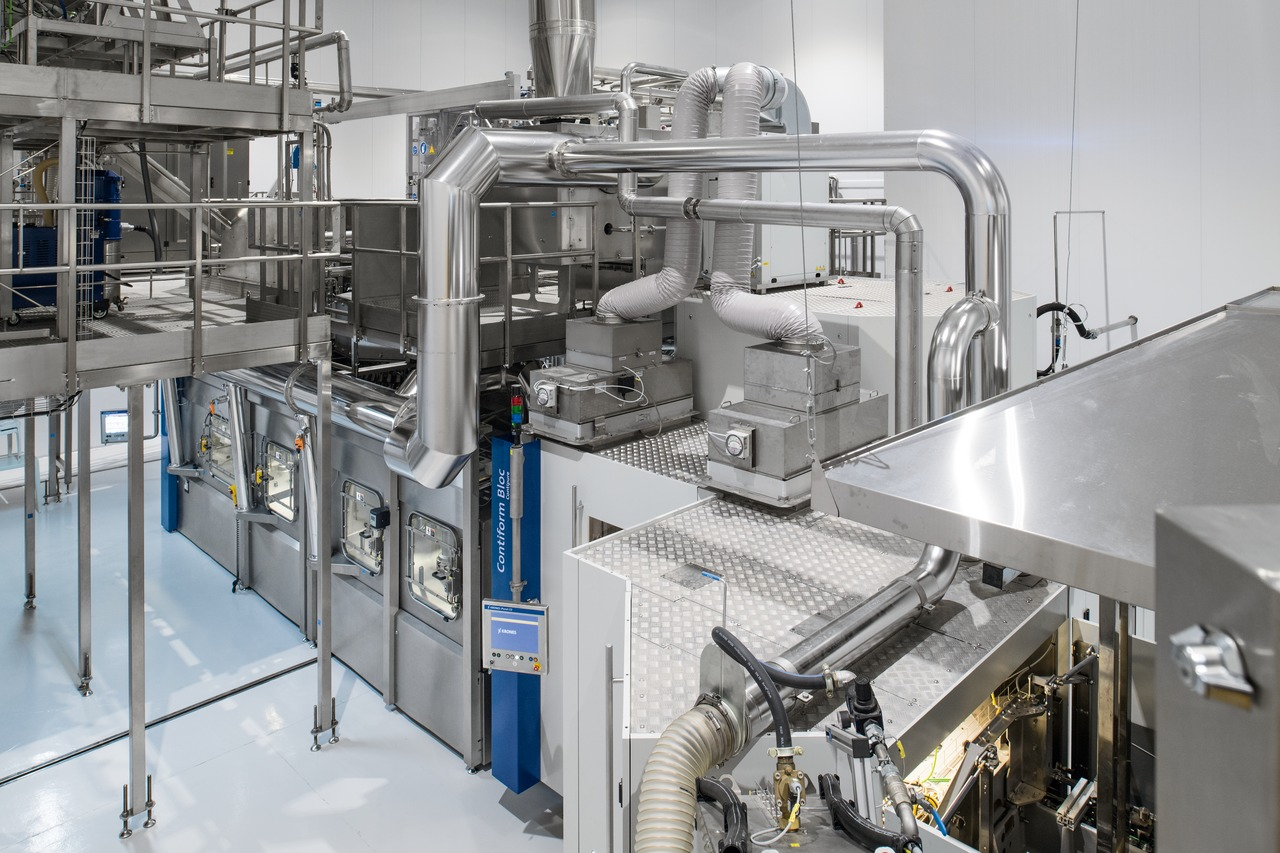 The Contipure AseptBloc DA (until 2017 referred to as the Contiform Bloc) is accommodated in a separate cleanroom together with a sterile tank, and is supplied with filtered air.