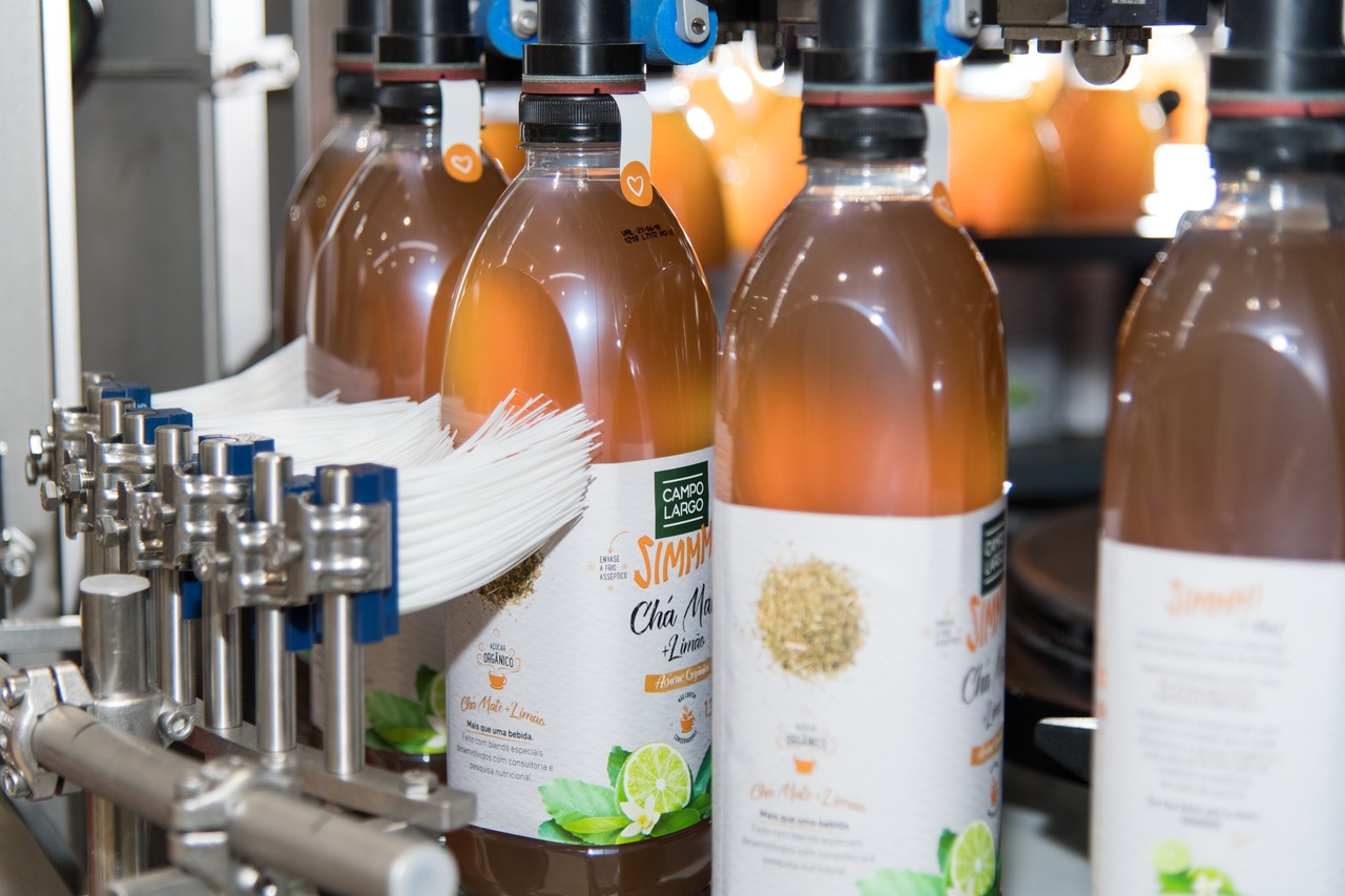 … for wrap-around labelling with pre-cut and reel-fed labels, as well as for self-adhesive labelling.