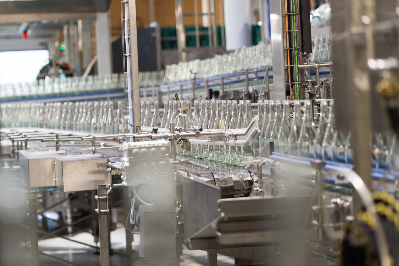 The line fills exclusively mineral water in the company's own customised 1.0-litre returnable glass bottles.