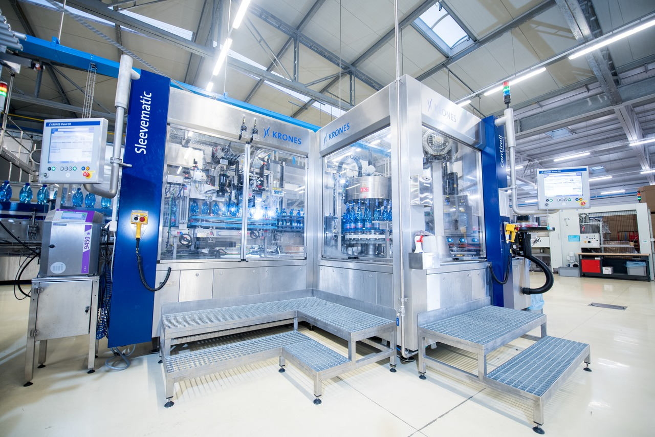 At Mattoni, the Contiroll HS wrap-around labeller is block-synchronised with a Sleevematic labeller.