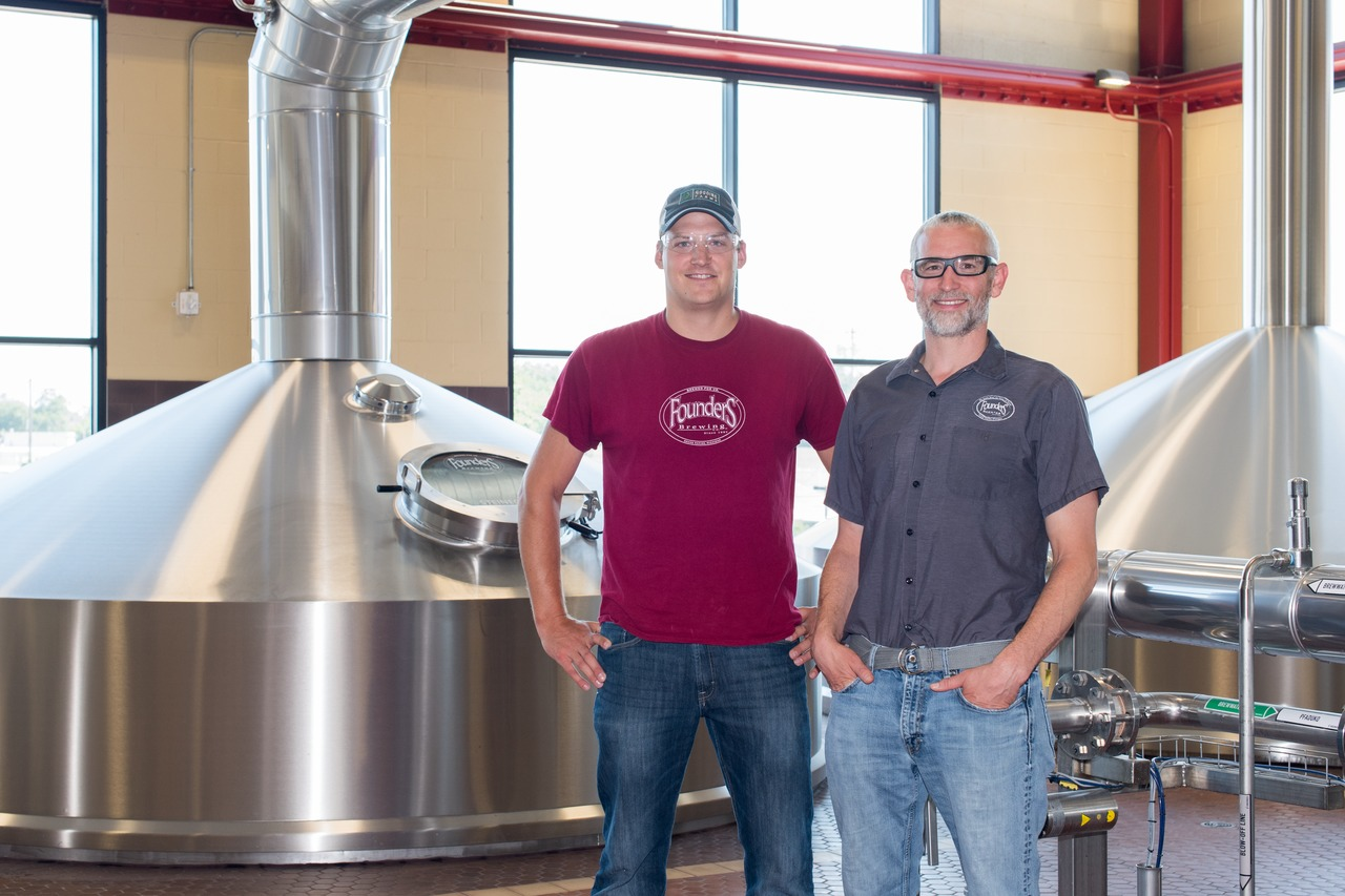 Adam Schmitt, Brewing Manager y Alec Mull, Vice President of Brewing Operations (de izq)