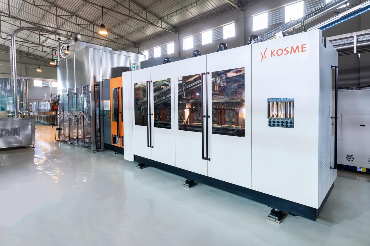 In the SynchroBloc a Kosme KSB 8R blow-moulder is block-synchronised with a Kosme Volufill filler.