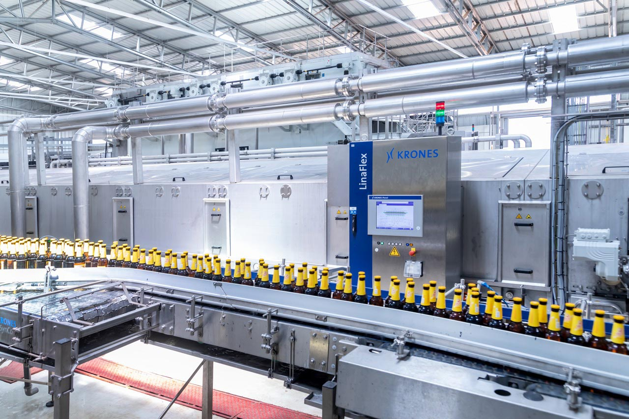 In order to meet the continuously rising demand, SBL invested in a second returnable-glass line, rated at 25,000 bottles per hour. For this purpose, a new hall was built as a greenfield project.
