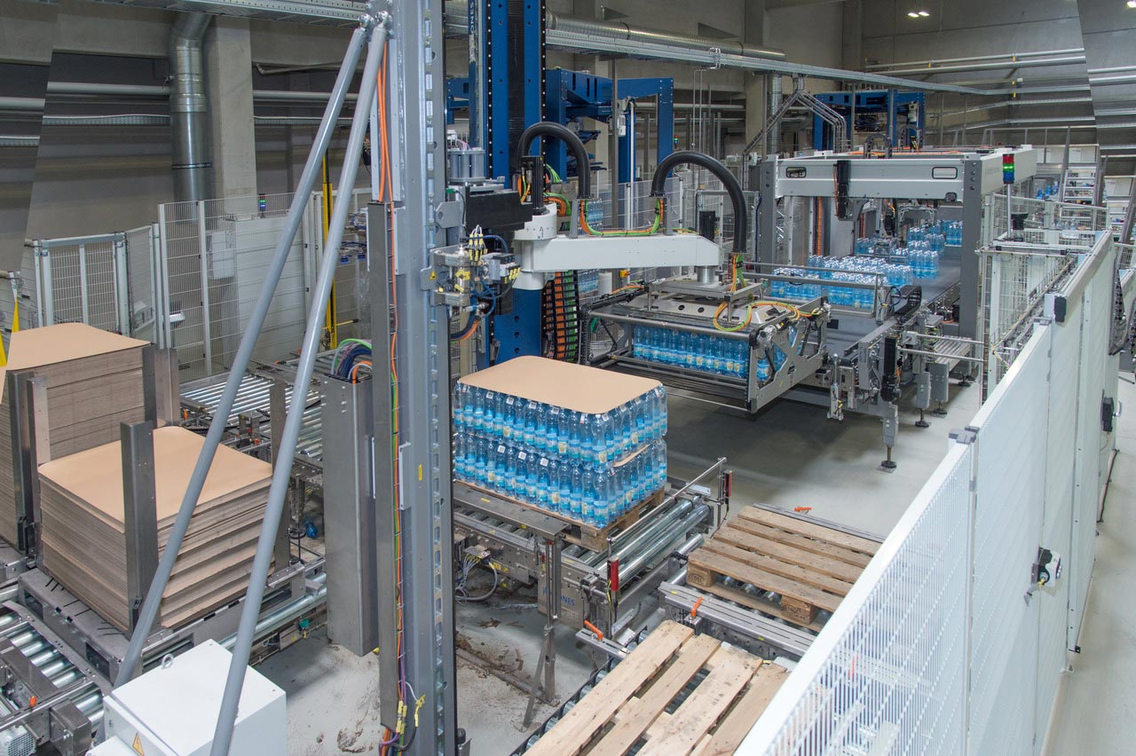 Thanks to the combination of Modulpal Pro 3A palletiser and Robobox grouping station, an external distributing and turning system is not needed.