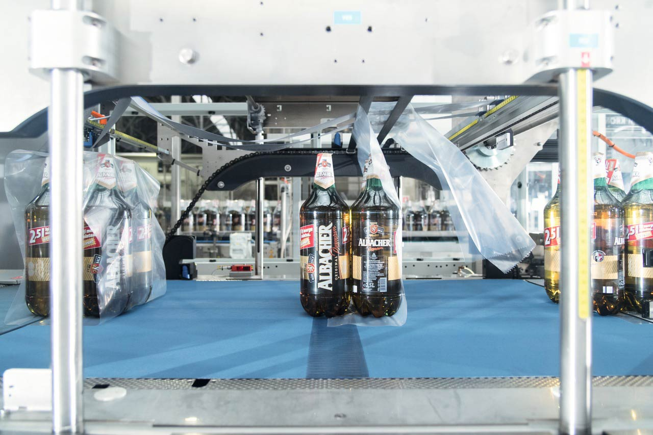 The Variopac Pro FS-6 non-returnables packer assembles shrink-packs from the individual bottles.