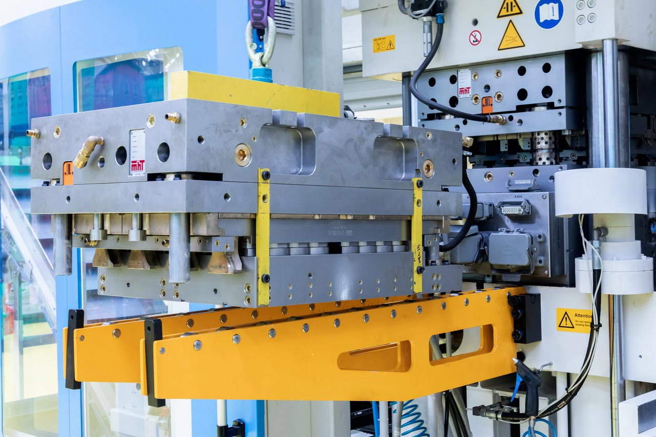 To remain largely independent of multiple vendors, the plant produces the preforms on two preform extrusion machines, which operate with injection-moulding tools from the Krones subsidiary MHT.