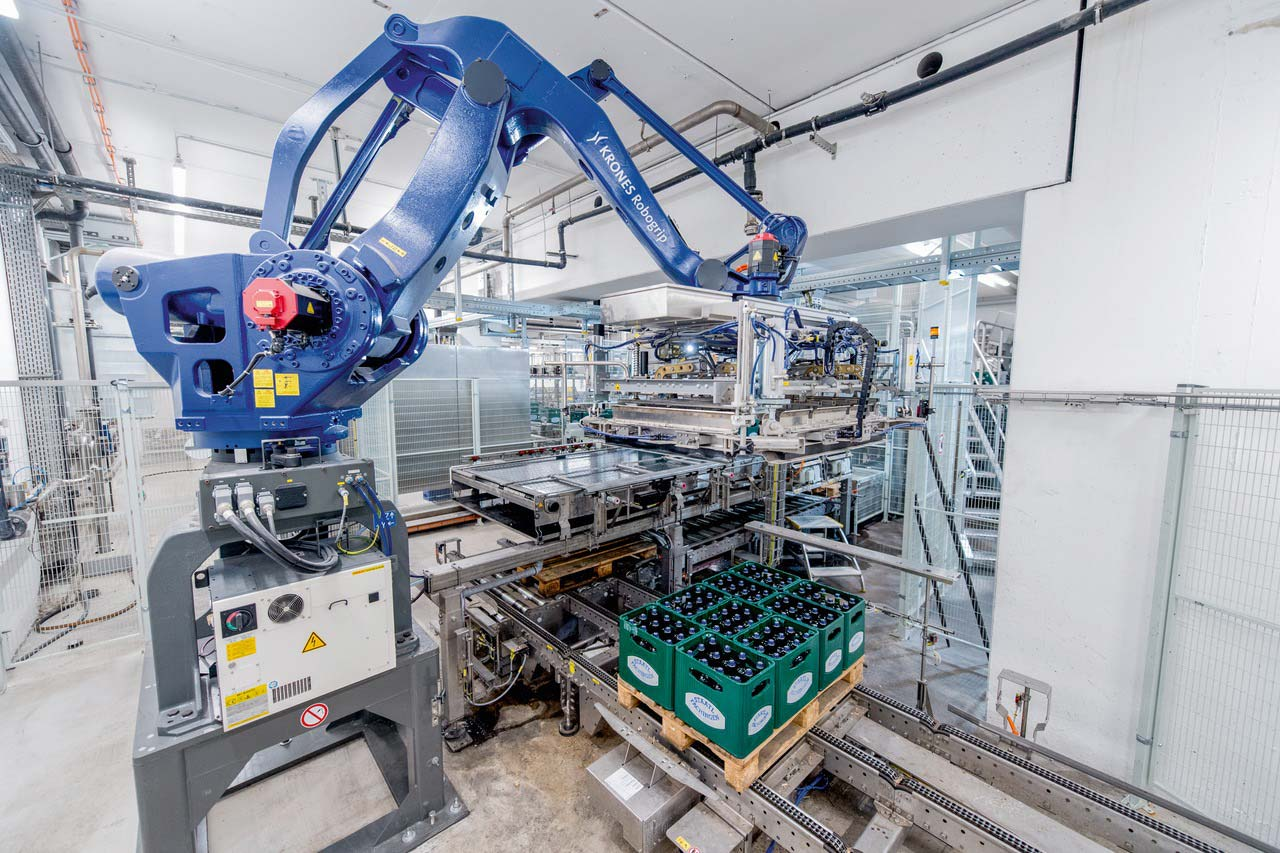 Due to the low ceiling height, Krones did not use column palletisers but a total of four Robogrip 4A palletising robots.