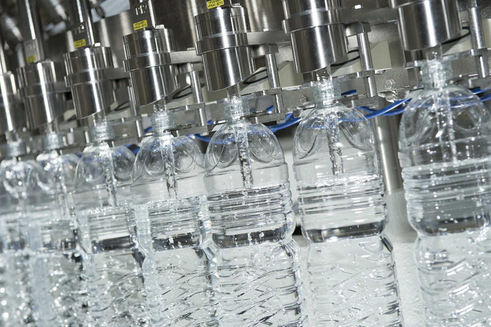 A volumetric, electronically controlled Modulfill VFJ fills the bottles in a full-jet process.
