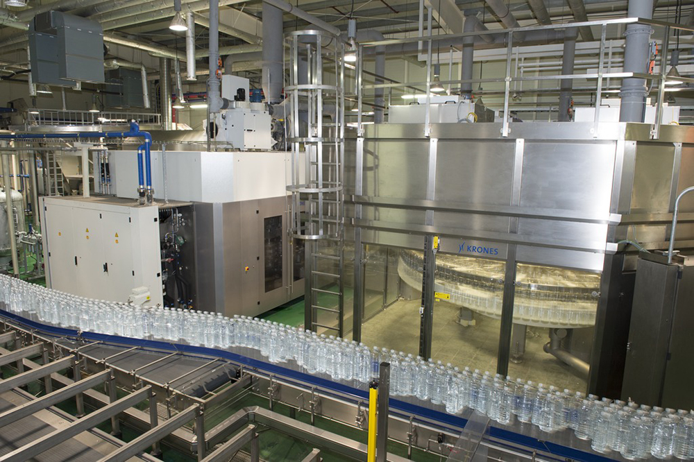 A Contiform Bloc produces the bottles, fills them and caps them. All these units are grouped together in a cleanroom.