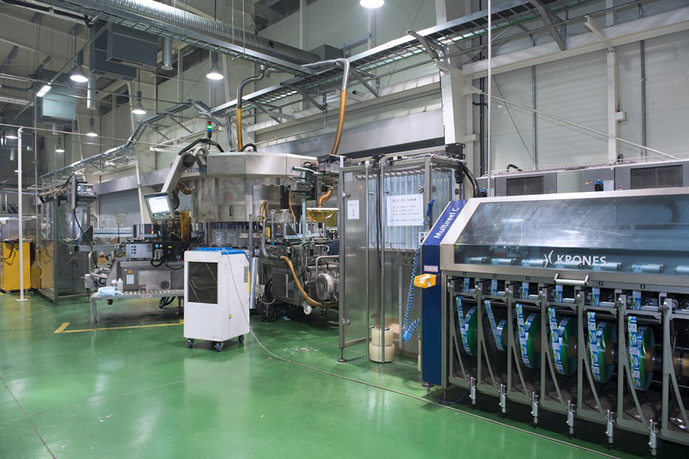 The Multireel C magazines supply the two Contiroll HS stations of the Topmodul labeller with eight label reels each.