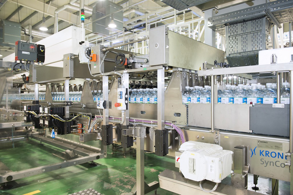 Jeju also uses a Variopac Pro FS film shrink-wrapper wth a double infeed for parallel handling of two sixpacks at a time.