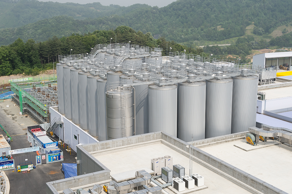 The tank farm comprises a total of 38 cylindro-conical tanks, for which a fermentation time of 12~15 days and a storage time of 7~10 days is planned.