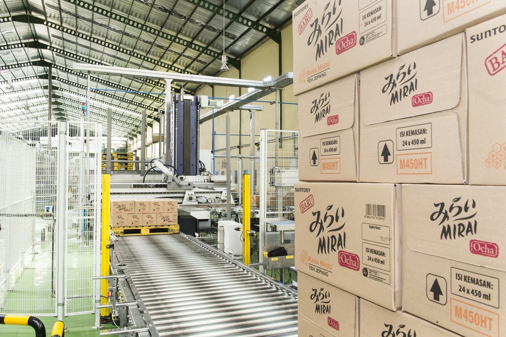The layout has been space-savingly designed, in that the belt taking the full cartons to the Modulpal palletiser has been installed underneath the full-bottle conveyor.