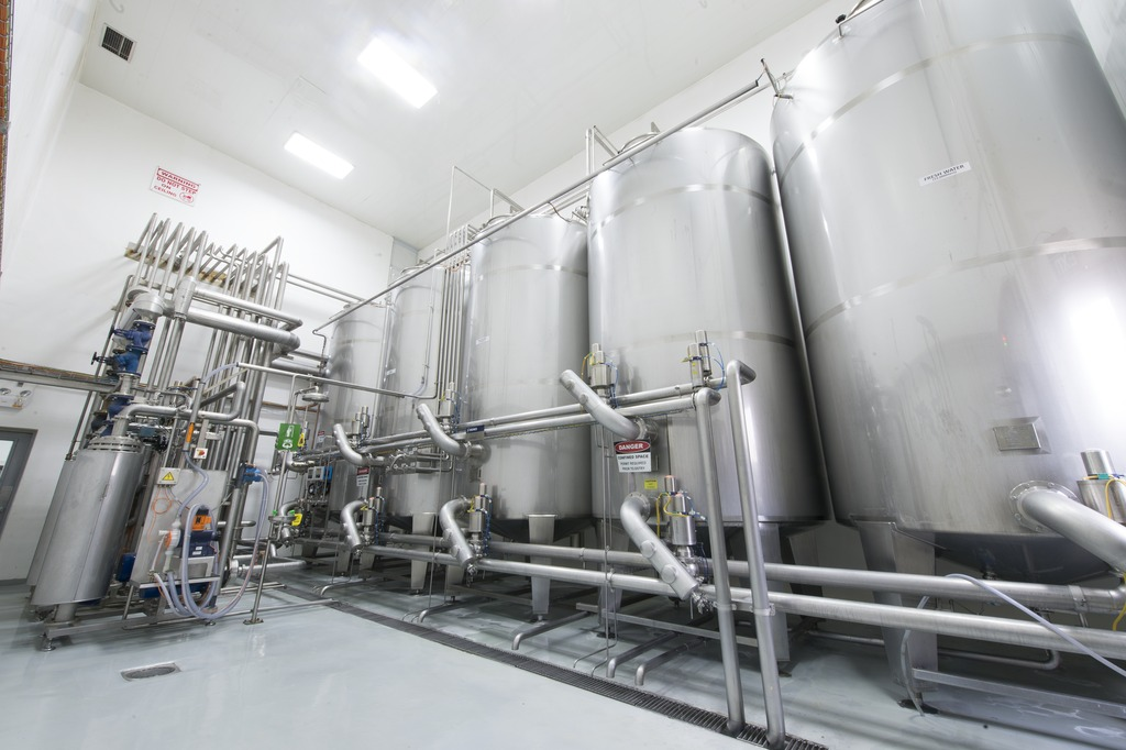The new syrup kitchen built by Krones for the three new lines consists of a continuous sugar dissolver, a concentrate station, a continuous syrup production system for the water, sugar and basic ingredient constituents, plus final syrup tanks.