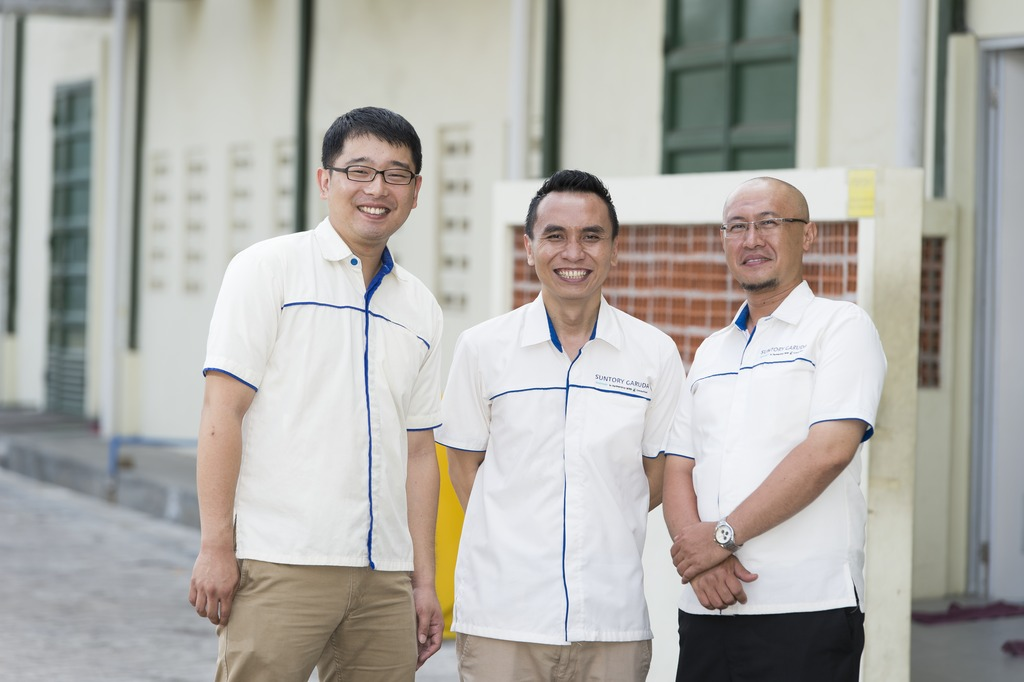 Japanese-Indonesian management team (from left to right): Yohei Okayama, the engineering specialist that Suntory posted to Surabaya, Production Manager Catur Wahyu, Maintenance Section Head Nanang Sandi.