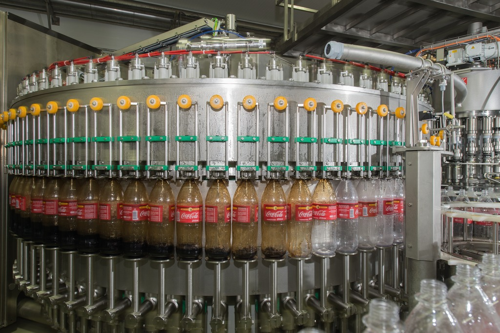 The returnable containers are filled by a Modulfill HRS counterpressure filler with 80 filling valves.