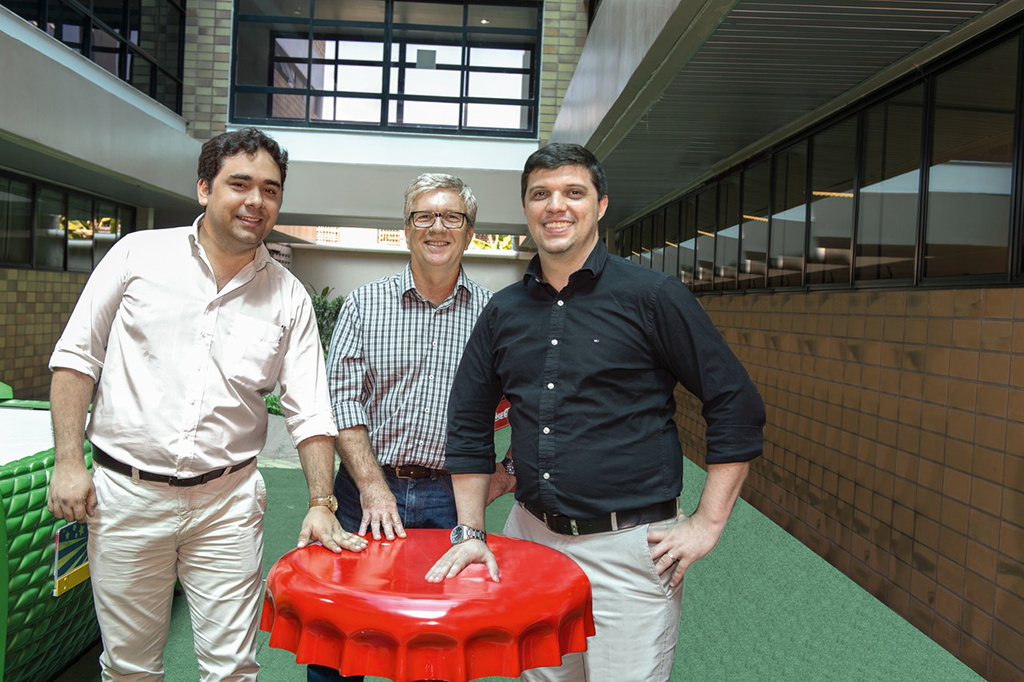 "Those responsible all concur: ""Our main priorities are firstly cutting costs and secondly upgrading technologies. Krones scored very highly on both these criteria."" – From the left: Project Coordinator Paulo Trindade, Project Manager Luis Campo and Industrial Director Dahlson Abreu"