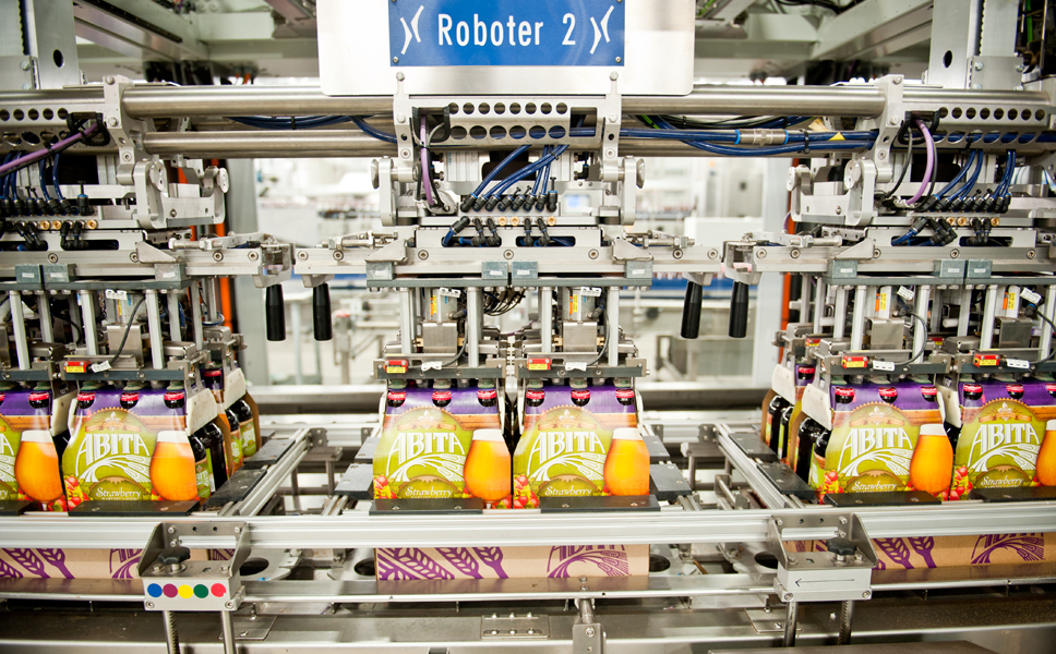 The fourth module packs the four six-packs on a full-depth tray, with the fifth module finally pushing the tray onto a conveyor belt.