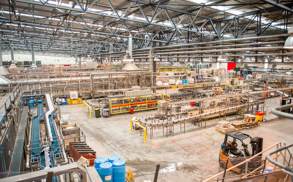 Lion had one single hall with 24,000 square metres of floor space erected, to accommodate the filling and packaging operations. This 150-metre-wide bay rests on only two rows of pillars.