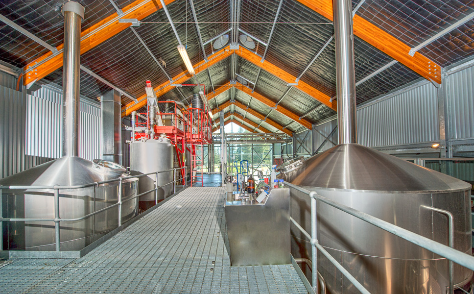 The brewhouse is accommodated in the second hall next to the restaurant on the first floor, with the kit underneath.