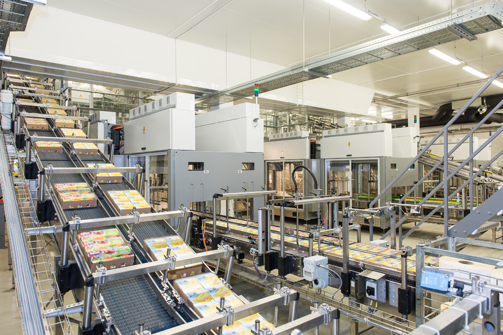 To link up the lines from their various locations in the plant to the palletising centre, Krones installed more than 500 metres of MultiCo pack conveyors.