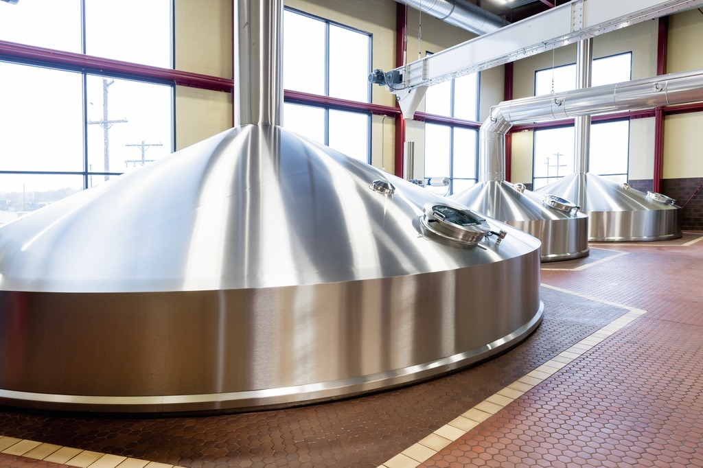 The conventional brewhouse, rated at 350 hectolitres per brew, consists of three vessels: mash-lauter tun, wort copper and whirlpool plus a vapour condenser.