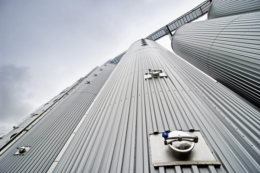 Outdoors, Krones installed a cold-water tank, two warm-water tanks, an iced-water tank, the two energy storage tanks, and four spent-grain silos, which can be served by two trucks simultaneously.