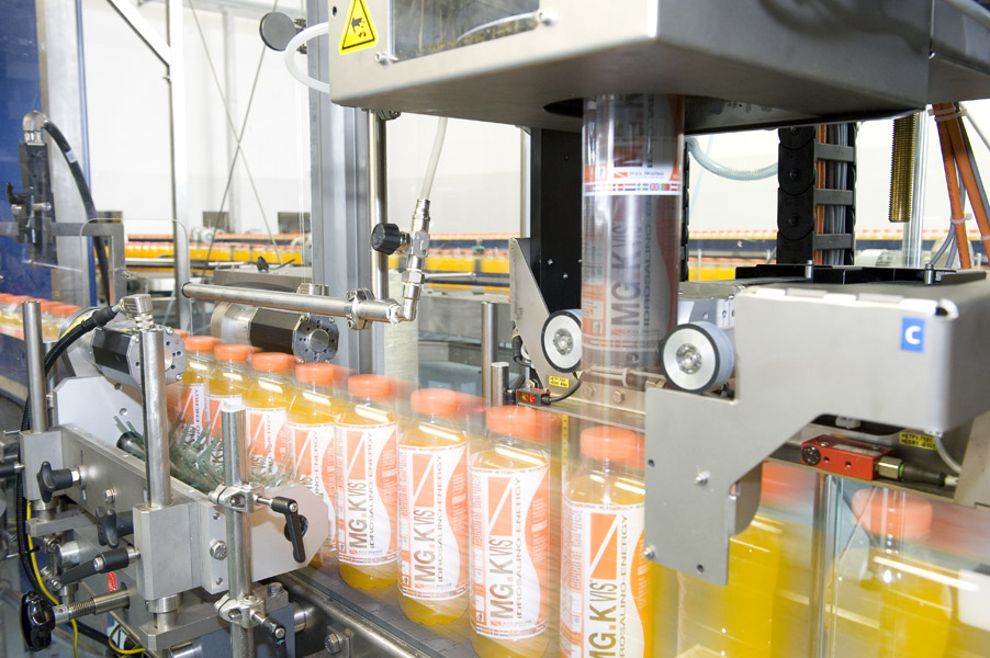 A Sleevematic Inline labeller applies full body sleeves on the bottles.