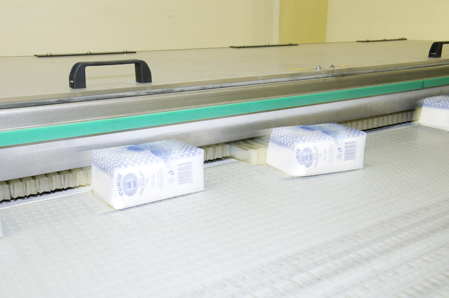 The Krones Linaglide distribution system divides the sugar packet flow into two lanes travelling to the grouping station.